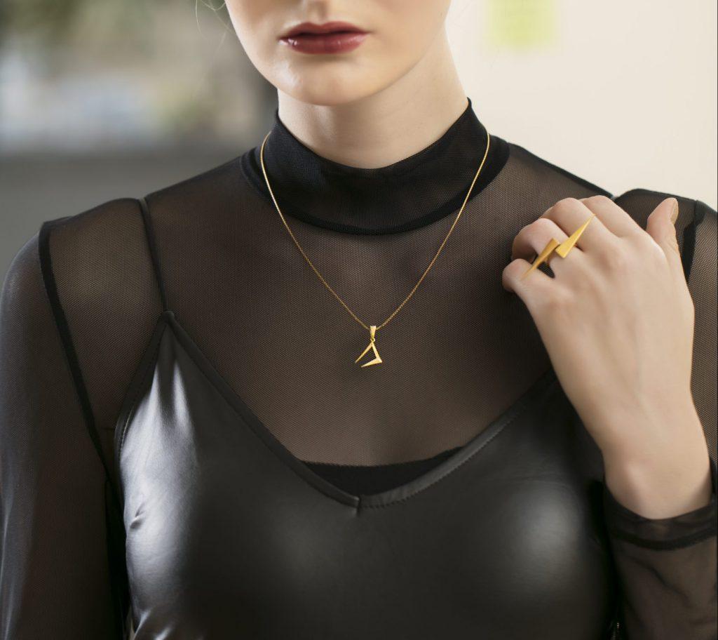 Suit Strong gold pendant